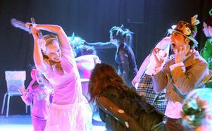 Här syns Alice, Sara Larsson, och Hattmakaren, Oscar Polania, i ett fartfyllt nummer.