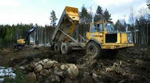 Vallbygge. Hela dagarna kör minst fyra dumprar mellan Lyviksberget och Gräsmossen. Vid skjutbanan har en grävskopa och dess förare i uppgift att bygga två bullervallar varav den ena blir 135 meter lång och upp till tio meter hög.