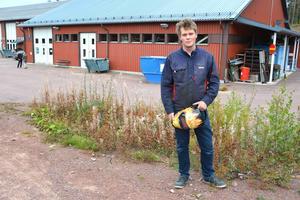 Jonatan Jakobsson utanför industridelen på Älvdalens utbildningscentrum.
