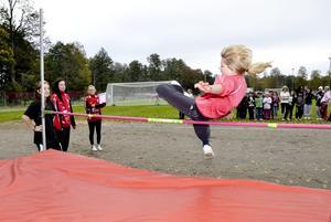 Ellen Gustafsson kommer in fint över höjdhoppsribban. När hon inte friidrottar går hon i sexan på Kanalskolan.