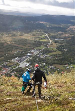 Under klättringen är gästen hela tiden säkrad med en guide, samtidigt som den andra guiden finns firandes bredvid.