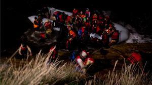 En båt med flyktingar i Egeiska havet, på väg till Grekland.