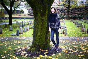 Charlotte Runius, vd och grundare av begravningsbyrån Fenix erbjuder alternativa gravsättningar, som att låta askan begravas under ett träd.