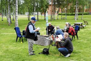 Delar av Krokoms Byförenings styrelse och några andra intresserade som finns i Krokomsparken och ordnar fika och en del aktiviteter för skolbarn.
