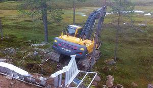 Grävmaskinen stals och användes till att ramponera en aluminiumtrappa. Sedan lades en sten på gaspedalen för att den skulle köra ner i en myr.