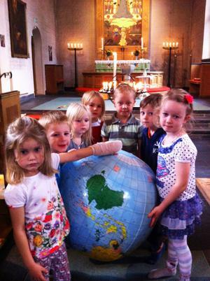 FIRADE. Olivia Björklund, 4, Alvin Gruvmalm, 4, Moa Sandin, 4, Sanna Skytt, 5, Eliot Ljung, 5, Liam Bergefur, 5, och Fanny Backström, 5, firade FN i Nathanaelskyrkan i Tierp.
