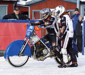 """Rune Eriksson får lite instruktioner av Per-Olov """"Posa"""" Serenius innan det är dags att dra iväg runt isovalen.Nu närmar sig sanningens ögonblick för Rune Eriksson när han kommer ut för sin åktur."""