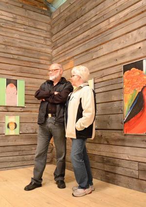 """Oskars lada. """"Nyfiken"""" heter den målning som skulle bli en fisk, men som fick mänskliga drag och blev inspiration för resten av Ulf Olaussons tavlor på utställningen."""