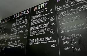 Husmanskost, sallader, egengjord glass med mera finns på menyn.