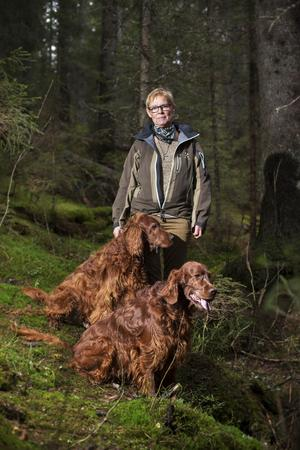 Skogsägaren Elisabeth Wiklund tillsammans med sina hundar Basse och Dino. – Det behövs fler kunniga kvinnliga skogsägare i skogsnäringen, säger hon.