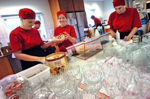 I köket råder full koncentration och effektivitet. Maria Hammar sätter dit de sista dekorationerna på den glass Sofia Ottosson förberett, medan Helena Selin kontrollerar att beställningslapparna stämmer.