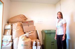 Ann-Catrin Hörnfeldt visar skattekontorets soprum. I dag hjälper Reaxcer till med att ta ut soptunnorna som kommunen hämtar. Däremot finns det ingen vaktmästare som tar hand om allt papper. Foto: Jonas Ottosson