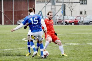 Magnus Engström Sund IF i en av många närkamper på mittfältet.