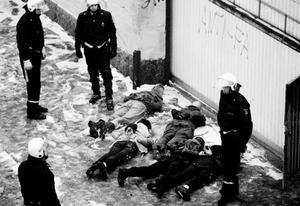 Poliser och ockupanter vid mejeriockupationen i Västerås 1994.