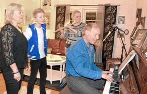 Musikaliska. Lisbet, Andreas, Linda och Gösta. Hela familjen Palm sysslar med musik och har nyss gett ut en cd.