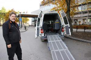 När Claes-Göran ska lämna av eller hämta upp passagerare vid entrén har han de senaste dagarna varit med om flera farliga trafiksituationer.