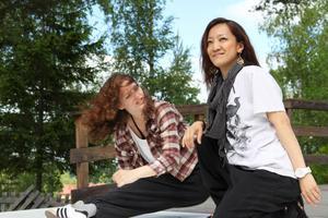 Judith Jacobs och Mika Yanagihara testade hip hop på stora utescenen. Mika från Japan tycker Sverige är ett vackert land och vill komma tillbaka. Judith från Holland ser med spänning fram emot lördagens dansfest i Viksjöfors.