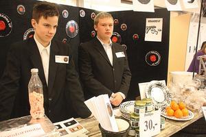 Däckgubbar. Robin Ohlén och David Lycke tävlade med Däckgubbarna UF. De har riktat in sig på att sälja bilvårdshinkar och handgjorda keramikfat.
