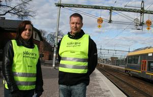 Lena Andersson och Per Ström delade ut flygblad på stationen i Hallsberg på tisdagsmorgonen.