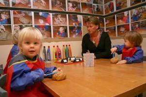 skapar i lera. Pedagogen Petra Nord spelar in samtalen med diktafon och fotograferar barnen under arbetspassen. På onsdagen fick Lova Holmkvist, Emil Hillberg och Clara Jäderberg arbeta med lera för första gången.