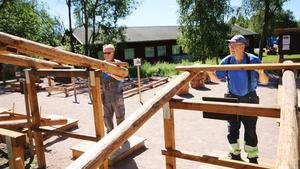 Lars Wester och Per-Arne Eriksson visar hur utegymmet fungerar.