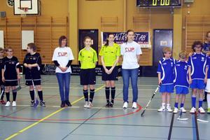 Dekal Trycket cup 2011. Askersund IBK i svarta tröjor och  IFK Kumla i blå tröjor. De ljusa tröjorna bärs av arrangörerna Jennie Hansson och Linnéa Larsson.