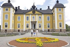 Vigsel. Mattias Nilsson och Pia Valkama från Stäudd utanför Köping var i slottet och tränade tillsammans med dottern Lovisa inför sitt bröllop.