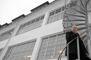 Stolt stipendiat. Göran Bergström har tilldelats Hallsbergs kommuns årliga kulturstipendium på 8 000 kronor för sitt arbete med att renovera den gamla skofabriken vid Vadsbron.