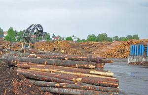 Gällö sågverk har fått ta in vikarier nu under semesterperioden för att kunna hålla full produktion.