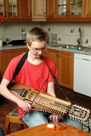 """Petrus Dillner har fått sex stipendier trots att han endast är 16 år. """"Det gick inte lång tid innan vi förstod att Petrus hade talang för musik"""", säger mamma Lotta."""