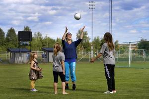 Catarina Wahlgren har själv spelat fotboll i Estuna och Söderbykarl. Nu är hon med och tränar de egna barnen i BKV.