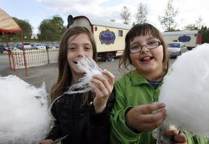 Denise Stenberg och Nadja Abid köpte varsin sockervadd. - Det smakar bra, tyckte flickorna även om det fanns de som knorrade över priset: 30 kronor.