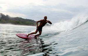 Jens Holmer på surfingbrädan.   Foto: Mario Rubino
