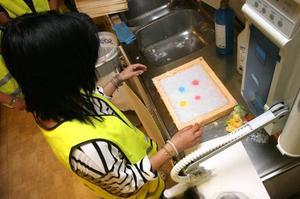 Teknik i all ära. Här gör Viktoria Björn ett pappersark för hand.