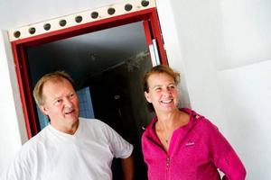 """Ann-Sofi Känngård Hedvall och Mats Eng bor på undervåningen i det stora huset. De har fem rum för uthyrning på övervåningen, samt boende i en stuga vid sjön och i ett hebre på tomten. De tycker inte det är konstigt att ha andra människor runt sig hemma, eller att hemma också är jobbet.""""Det blir en livsstil"""", säger Mats Eng."""