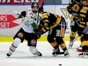 Emil Kåberg i kamp med Jimmie Ericsson.Foto: Scanpix