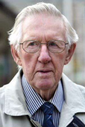 Gunnar Strömgren, 82 år, pensionär, Sundsvall:- Ewa Back får inte avgå. Hon kan vara kvar 5-10 år till.