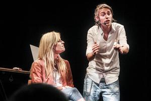 17-årige magikern Adrian Videla från Söderhamn bjöd Söderhamns teater på svindlande trick.