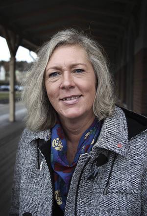 Regionrådet Eva Lindberg (S) är oroad över situationen på ambulansen – och över att ledningen och personalen blivit så väldigt oeniga.