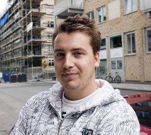Satsa mer på att laga hål i vägarna och mindre på konst, menar Linus Strand.