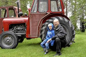 Redo för att rulla. Christofer Kärrdahl och systersonen Lucas Kärrdahl har traktorerna redo inför nästa lördags Ullermuller.Foto: Michael Landberg