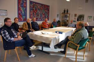Kjell Sverre, Göran Albinsson, Gunilla Randers, Lars Lundin, Folke Thelin, Hans-Erik Larsson, Harry Larsson, Maud Waters och Leif Lekander i Bygården, gamla skolan i Oxberg.