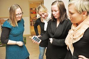 """SAMTAL. Marlene Eriksson, förskolelärare, Sara Emesiöö, förskolelärare, Ida Norell, mamma till Molly som går på Mamma Mu, och Camilla Friberg, förskolelärare, pratar om appen. """"Det är jättebra med bilderna. Jag kan se vad Molly gjort på dagarna och så kan vi prata om dagen utifrån bilderna"""", säger Ida Norell."""