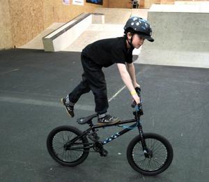 Nioårige Wille Forsberg tränar BMX varje onsdag.