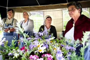 Flitiga damer. Byalagets damer, här Gerd Lindow, Marianne Modin, Viola Jansson och Birgit Andersson, hade många goda sillklämmor att sälja för en billig penning. Foto:Karin Rickardsson