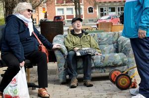 Harriet Friemann och Heiki Anttila köpte inte möblerna, men utnyttjade dem att pusta i en stund.