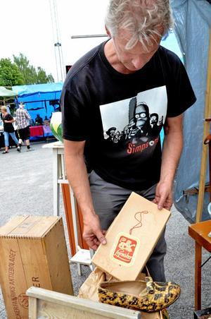 Tvåhundra kronor gav Yann Beaunez för pumpsen i ormskinn och dess orginalkartong.
