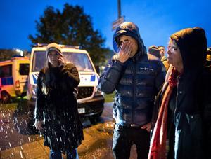 Avvisning av flyktingar från Afghanistan skedde från Migrationsverkets förvar Sagåsen i Kållered. Viss konfrontation mellan motdemonstranter och polis uppstod. Tårar när bussen med avvisade lämnar mot Landvetter. Foto: Thomas Johansson / TT