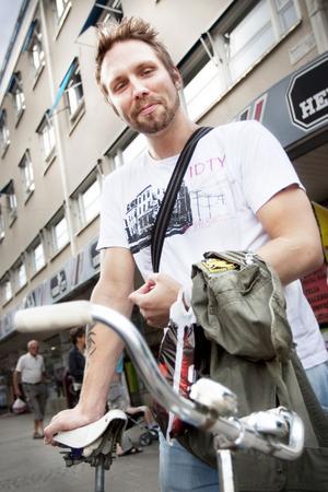 Nakadai Sundström, 30, Gävle:– Det funkar bra att cykla här men jag har dålig koll på cykelregler. För mig handlar det bara om att man visar varandra respekt i trafiken. Jag brukar utgå från trafikljusen som gäller för bilarna, annars cyklar jag när jag ser att det är fritt.