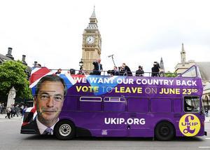 UKIP:s partiledare Nigel Farage kampanjar.